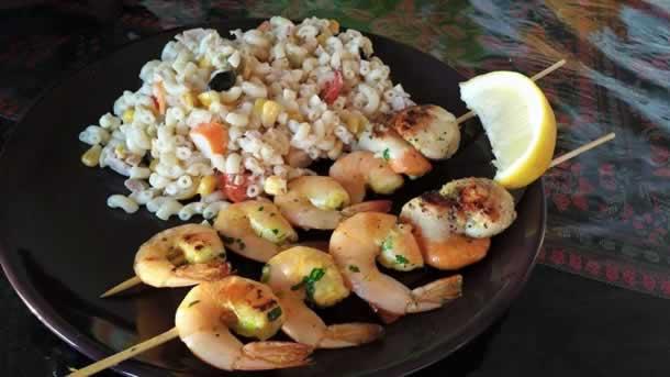 Brochettes de crevettes et noix de saint jacques marinées à la plancha