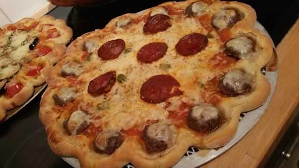 Pizza aux 3 jambons incrustée aux boulettes de boeuf