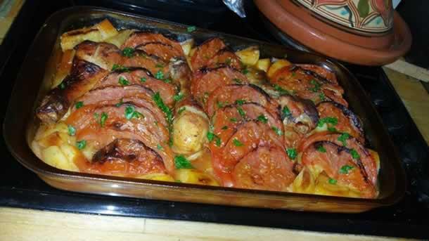 Poulet et pommes de terre au four agrémentés de dés de veau fumé
