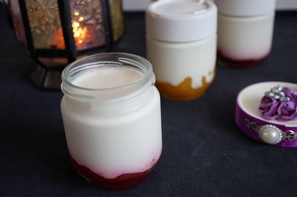 Yaourts maison à la vanille sur lit de fraises ou d'abricots