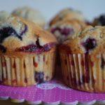 Muffins moelleux aux myrtilles et framboises au chocolat blanc