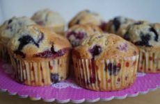 muffins-moelleux-aux-myrtilles-et-framboises-au-chocolat-blanc