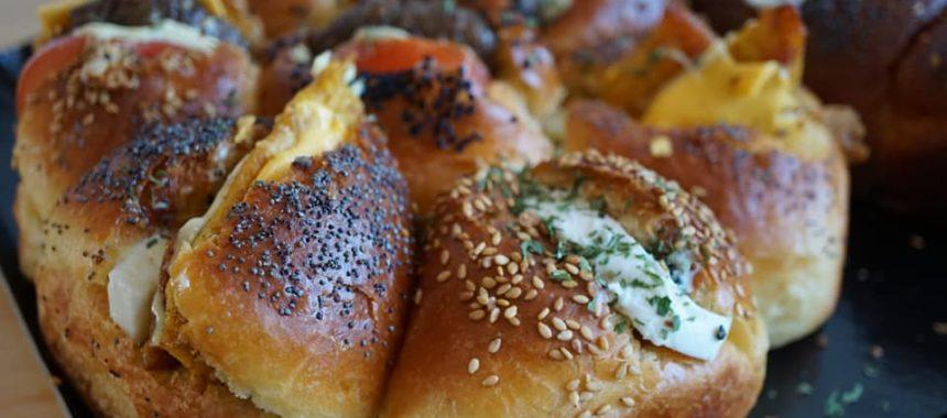 Brioche fourrée Mozza/Beurre à l'ail, burger, et Poulet épicé
