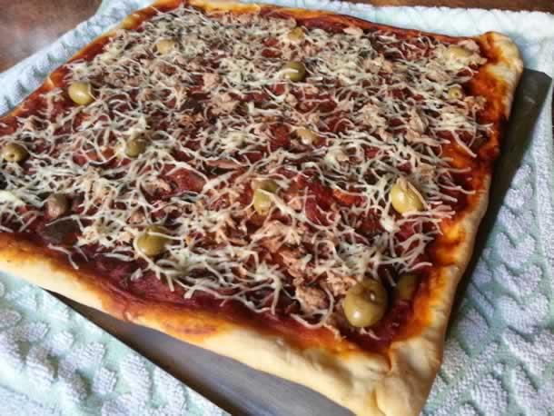 Pizza au thon et légumes