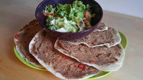 Lahmacun tarifi (pizzas turques à la viande hachée)