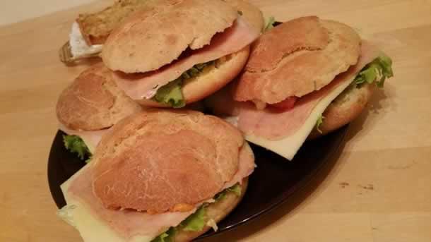 Sandwichs maison avec des pains aux herbes…
