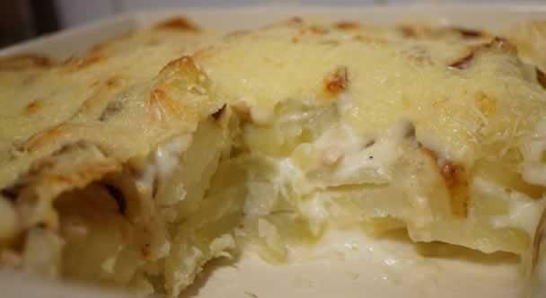 Gratin de pommes de terre au poulet fumé (sauce béchamel parfumée à la fleur de sel aux 3 poivres)